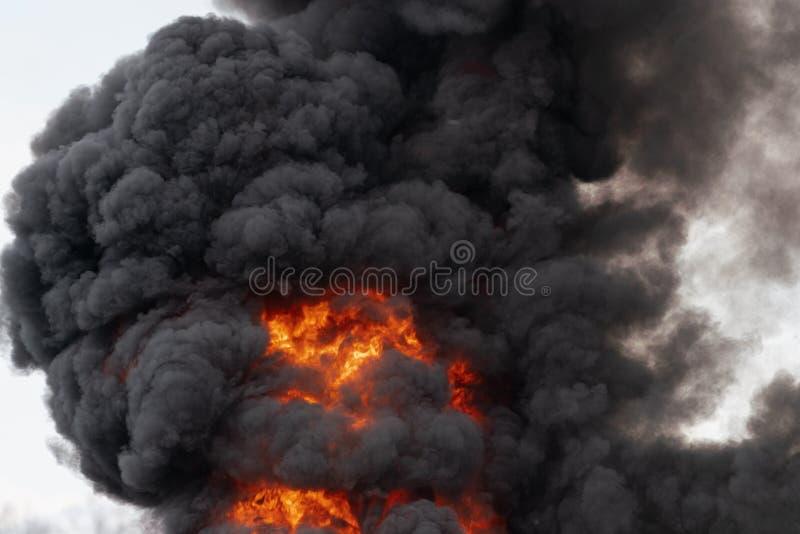 Ogromni p?omienie silne czerwonego ogienia i ruchu chmury czer? dym zakrywali niebo obrazy royalty free