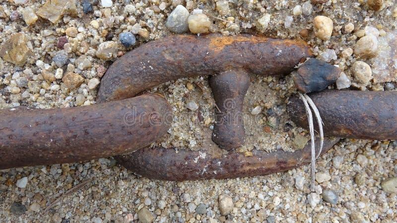 Ogromny łańcuch żelazo zakrywa z piaskiem zdjęcia royalty free