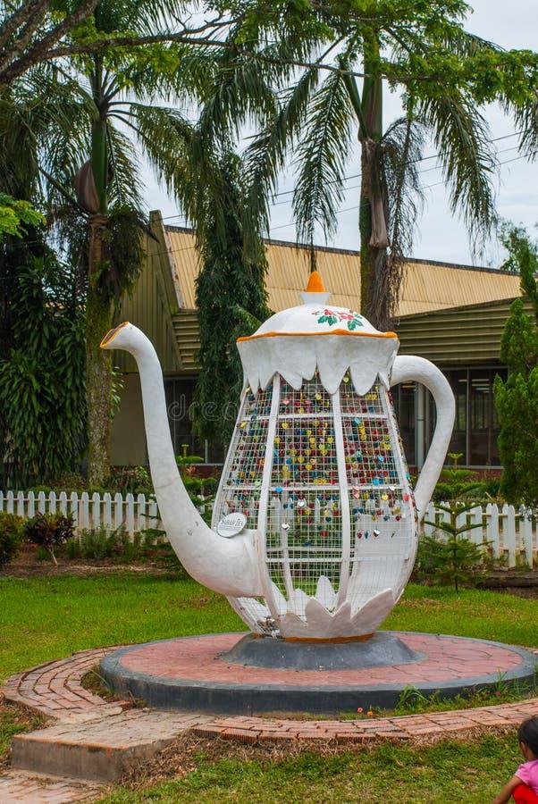 Ogromny białego metalu czajnik Kolorowy kłódki serce kształtował na zamazanym tle, symbol miłość Sabah, Borneo, Malezja zdjęcia royalty free