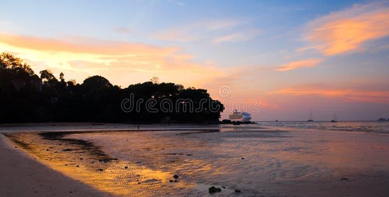Ogromny biały statek wycieczkowy opuszczał kotwicę z wybrzeża Thailan zdjęcie royalty free