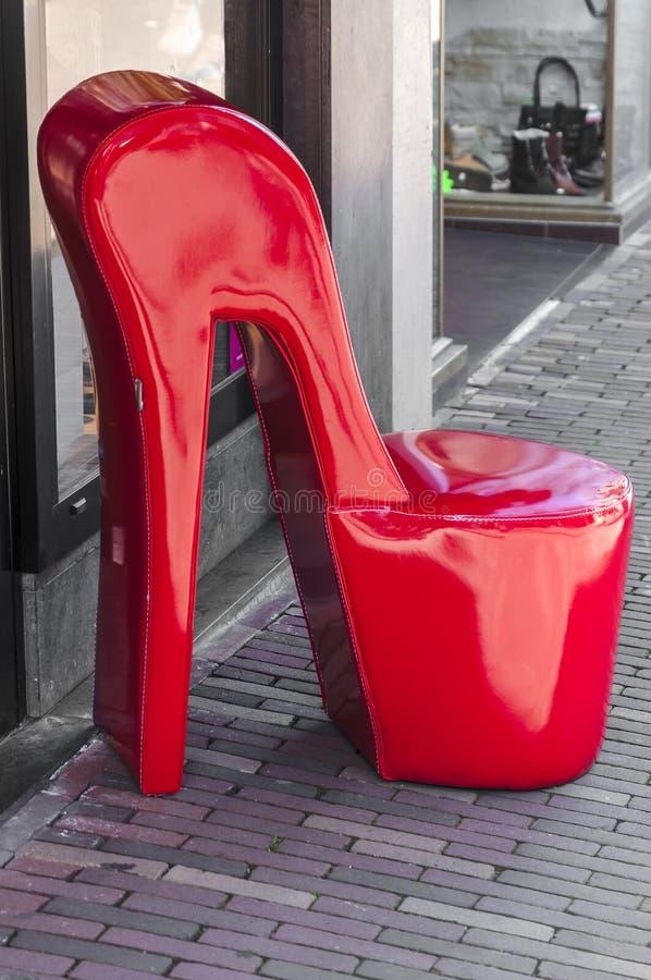 Ogromny czerwony pięta but przed sklepem zdjęcie stock