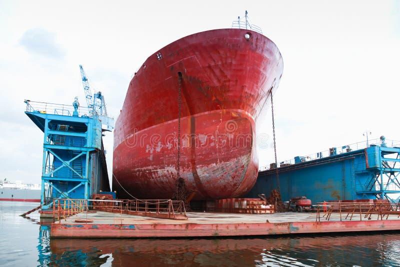 Ogromny czerwony tankowiec jest pod naprawianiem zdjęcie stock