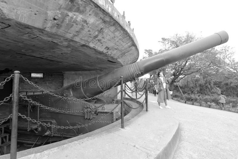 Ogromny Krupp działo w antycznym forcie, czarny i biały wizerunek zdjęcie stock