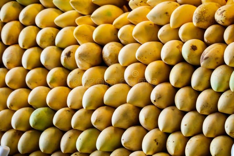 ogromny mangowy tło wzdłuż ulicznego jedzenia i świeżej owoc obraz royalty free