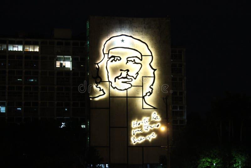 Ogromny obrazek Che Guevara na fasadzie hotel przy nocą w Hawańskim, Kuba obraz royalty free