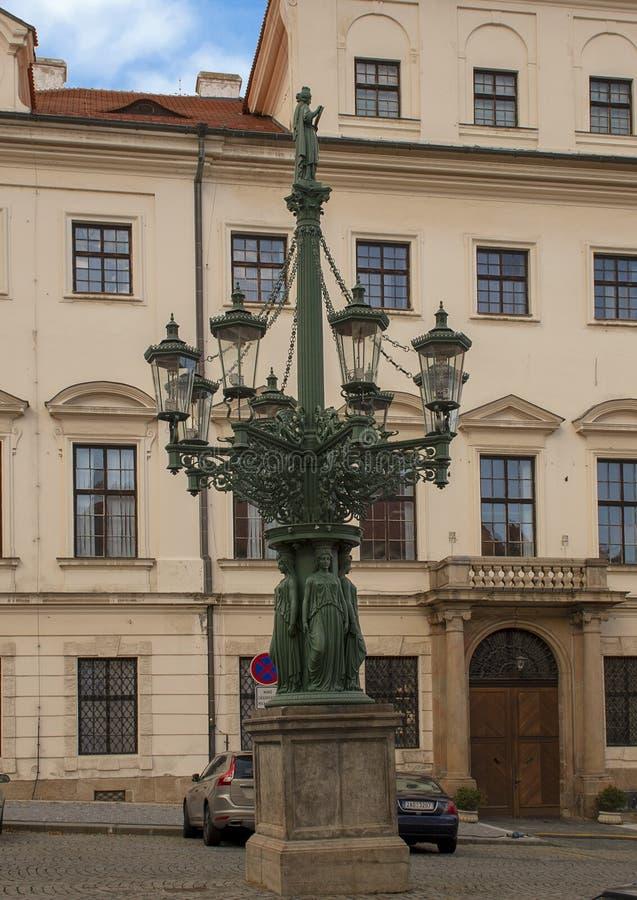 Ogromny obsady żelaza lampost w Hradcanske kwadracie, Praque, republika czech fotografia royalty free