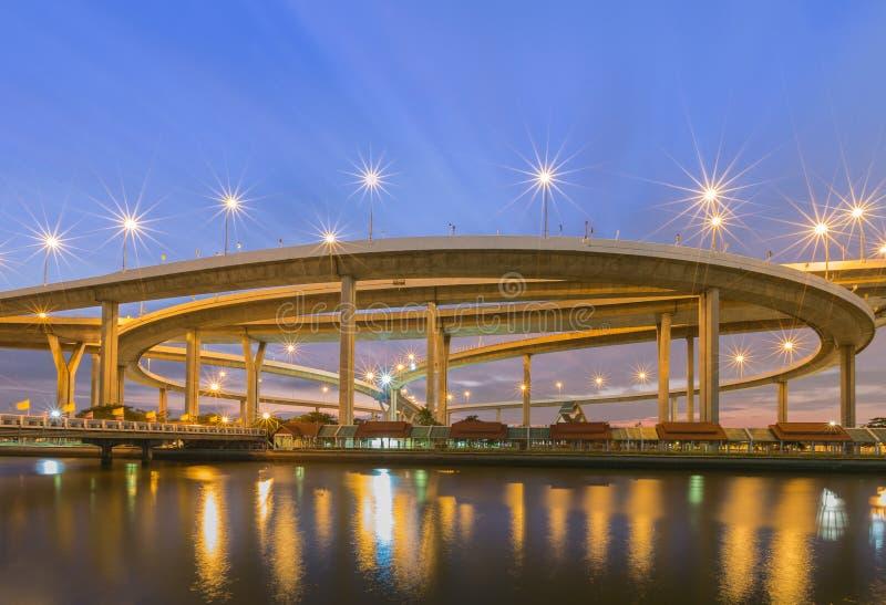 Ogromny podwyższony rozdroże Bangkok, Tajlandia (Bhumibol most) zdjęcie stock