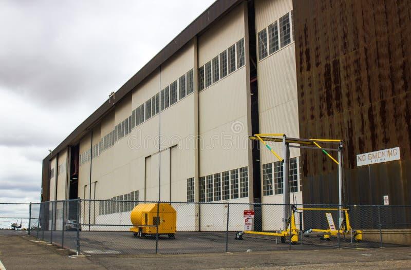 Ogromny Samolotowy hangar Na Chmurnym dniu zdjęcia stock
