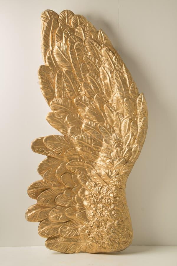 Ogromny skrzydło z złotymi piórkami zdjęcia royalty free
