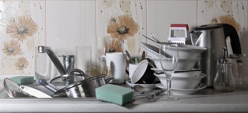 Ogromny stos nieumyci naczynia w kuchennym zlew na countertop i Mnóstwo kuchenni urządzenia przed myć i naczynia fotografia royalty free