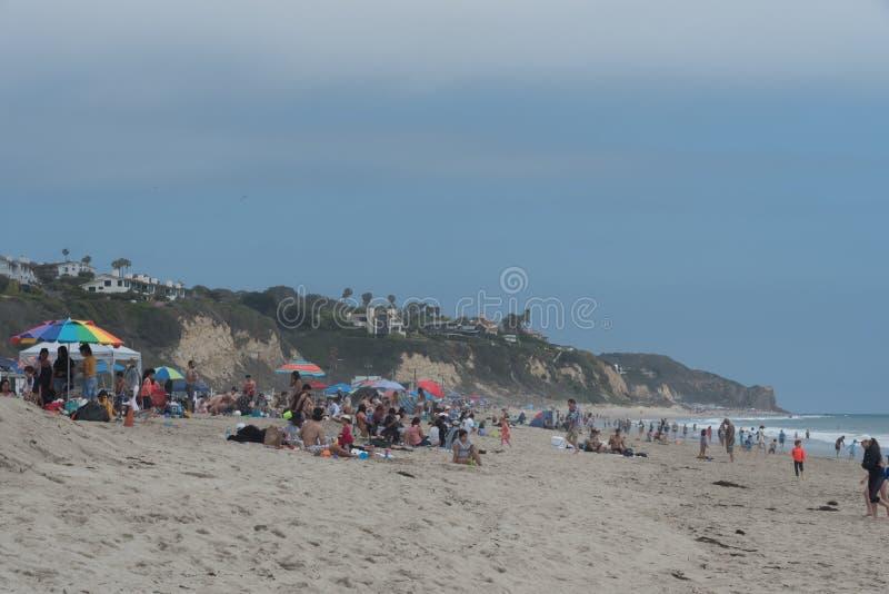 Ogromny tłum przy Zuma plażą na dniu pamięci, Malibu, Kalifornia fotografia stock