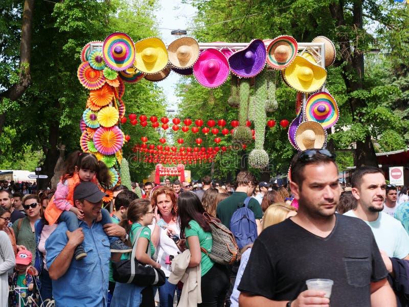 Ogromny tłum uczęszcza ulicznego karmowego festiwal fotografia royalty free