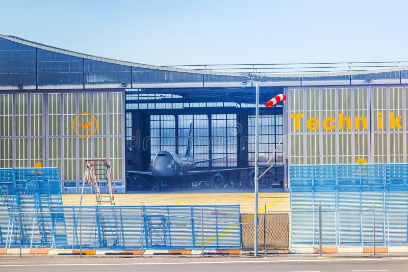 Ogromny utrzymanie hangar przy LH zdjęcia stock