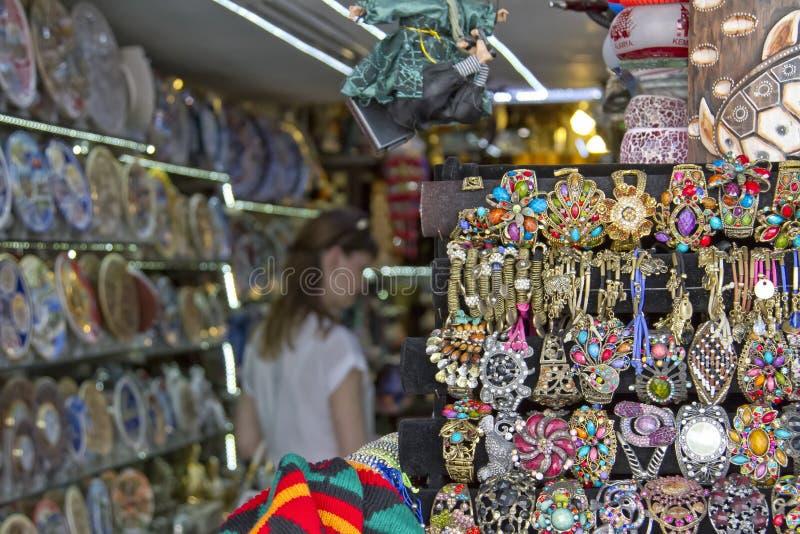 Ogromny wybór piękne i niedrogie pamiątki dla turystów na półkach uliczni sklepy fotografia royalty free