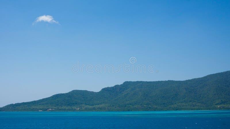 Ogromny wyspy karimun jawa w środkowym Java Indonesia z tropikalną pogodą i zieleni lasową górą jako tło obrazy stock