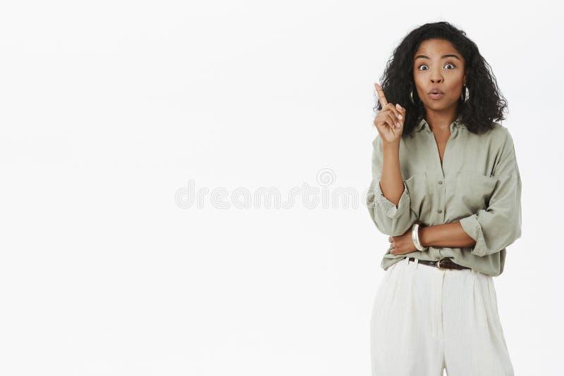 Oh dostawać nowy pomysł słucha Wzmacniający mądrze i kreatywnie żeński działanie w drużynowym dźwiganie palcu wskazującym w Eurek obraz stock