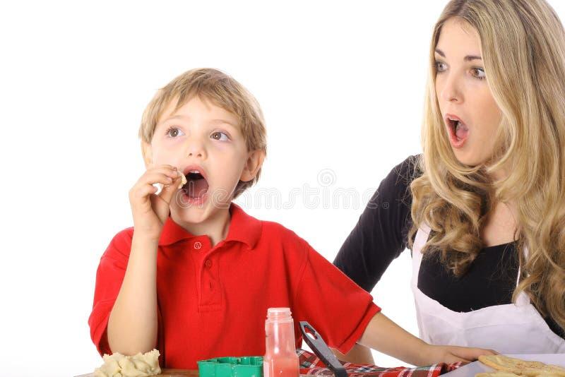 Oh GEEN beslag van het kind proevend koekje stock afbeeldingen