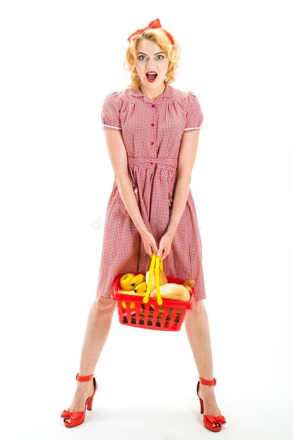 Oh il mio dio Che cosa voi pensano a questo la retro donna sorpresa va a fare spese grande vendita nel centro commerciale Ciò è p immagini stock