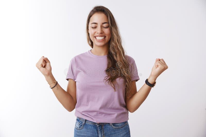 Oh ja tenslotte overwinning Gelukkige verlichte aantrekkelijke charmante vrouwelijke student die het universitaire beurs opheffen stock afbeelding