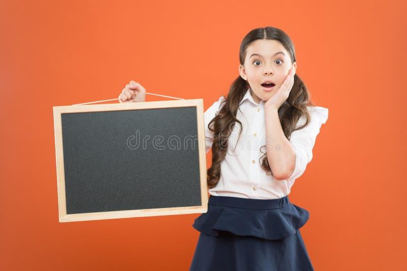 Oh Mijn God verraste leerling in eenvormige school De ruimte van het exemplaar commerciële marketing conept bedrijfsschooladverte royalty-vrije stock fotografie