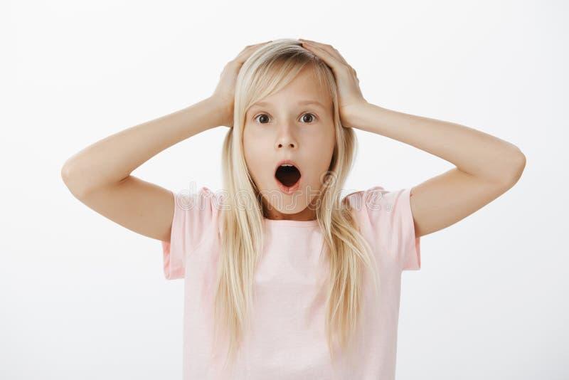 Oh ningún, estoy en problema El estudio tiró de muchacha adorable joven nerviosa confusa con el pelo rubio, el mandíbula de caída fotos de archivo