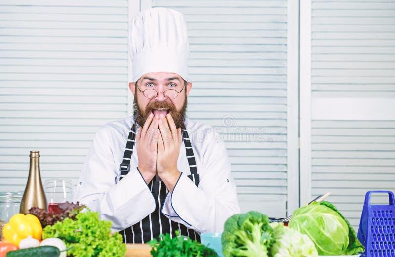 Oh no El cocinar sano de la comida Inconformista maduro con la barba Ensalada vegetariana con las verduras frescas Alimento biol? fotos de archivo