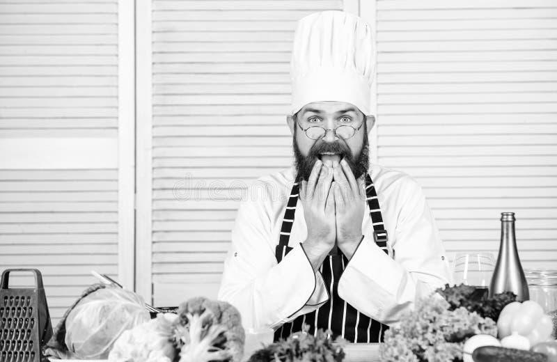 Oh no El cocinar sano de la comida Inconformista maduro con la barba Ensalada vegetariana con las verduras frescas Alimento biol? foto de archivo