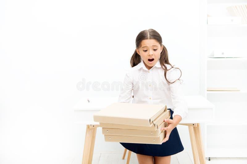 Oh no niño aprender y estudiar difícilmente De nuevo a escuela muchacha chocada con las carpetas del libro de trabajo Educaci?n D foto de archivo