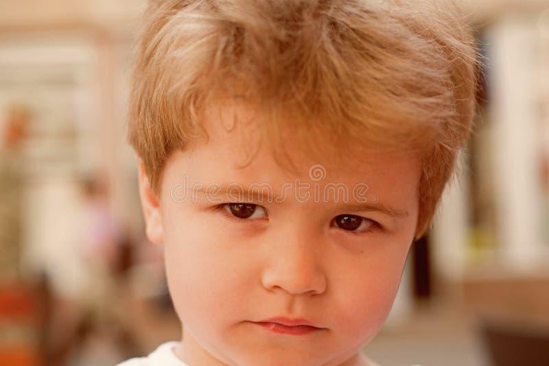 Oh no Pequeño niño con corte de pelo elegante Pequeño niño con corte de pelo corto Pequeño muchacho con el pelo rubio Haircare sa fotos de archivo libres de regalías
