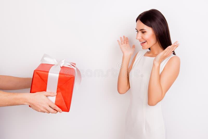OH wow! Το συγκινημένο νέο χαριτωμένο κορίτσι λαμβάνει ένα παρόν Είναι κόκκινο W στοκ φωτογραφίες με δικαίωμα ελεύθερης χρήσης