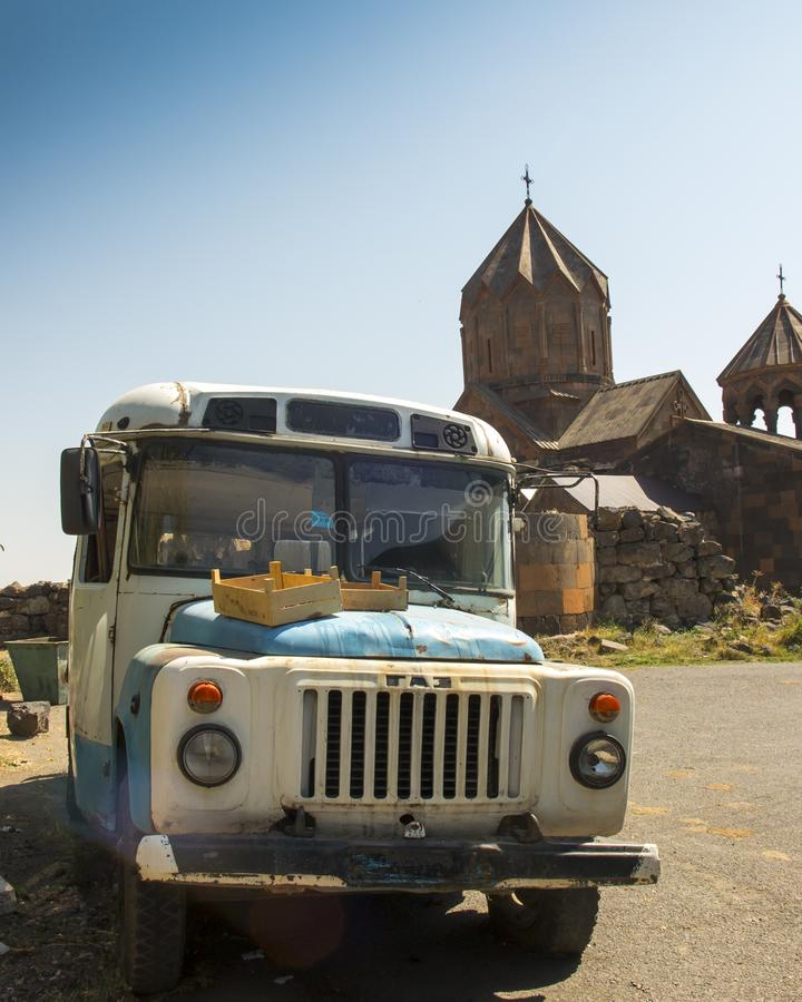Ohanavan, Armenië, 15 September 2017: Oude bus in oude Medie stock foto