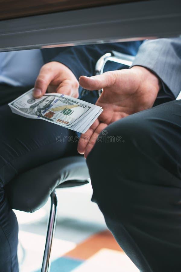 Ohederlig rik affärsman som ger en muta royaltyfri fotografi