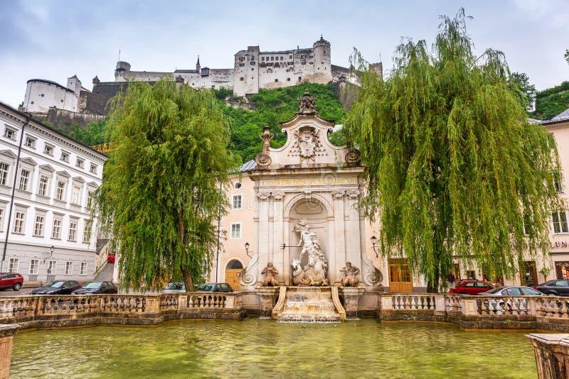Ohensalzburgkasteel in het historische centrum van Salzburg stock foto