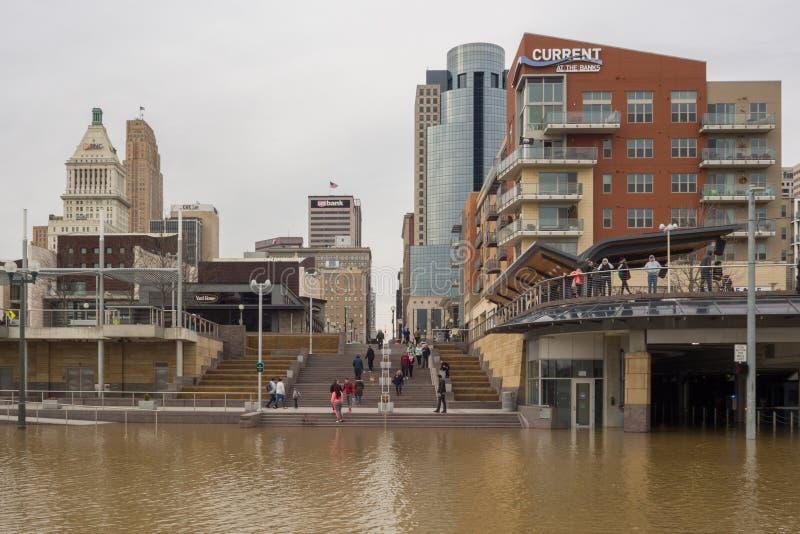 Ohio River som översvämmar 2018 i i stadens centrum Cincinnati arkivfoto