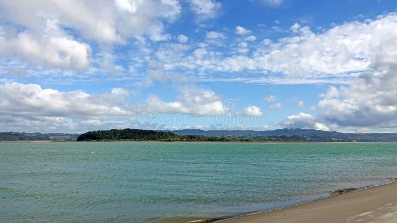 Ohiwa od Ohope plaży w Whakatane, Nowa Zelandia fotografia royalty free
