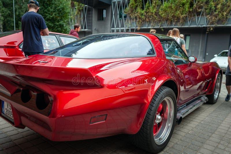 Ohransicht Weinlese roten Chevrolet- Camarobleibens parkte an der Straße stockbild