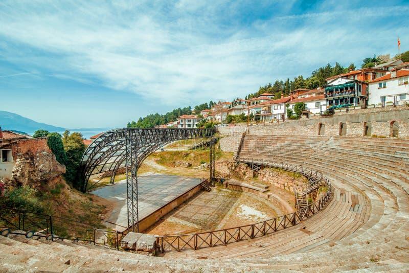 Ohrid Anfiteatro macedonio con casas de fondo fotografía de archivo libre de regalías