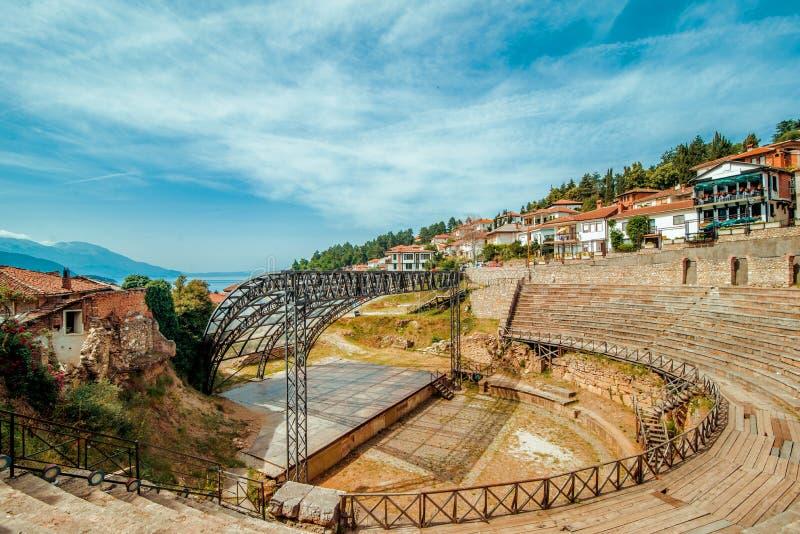 Ohrid Anfiteatro macedonio con casas de fondo fotografía de archivo