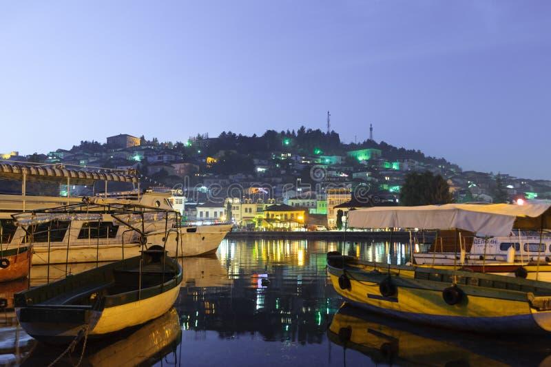 Ohrid jeziorne łodzie rybackie z widokiem stary miasteczko Ohrid Macedonia przy nocą obraz stock