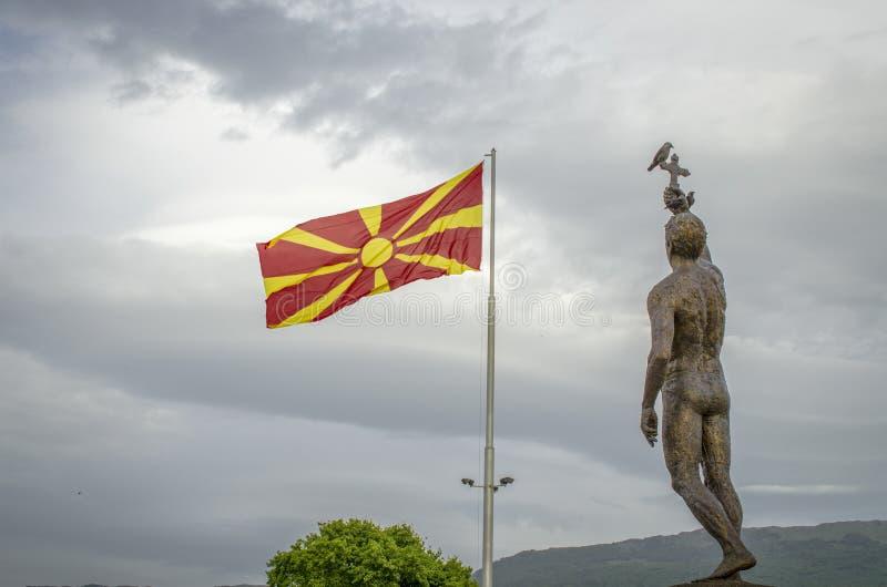 Ohrid, Macedônia - bandeira macedônia com esmagamento do monumento imagens de stock
