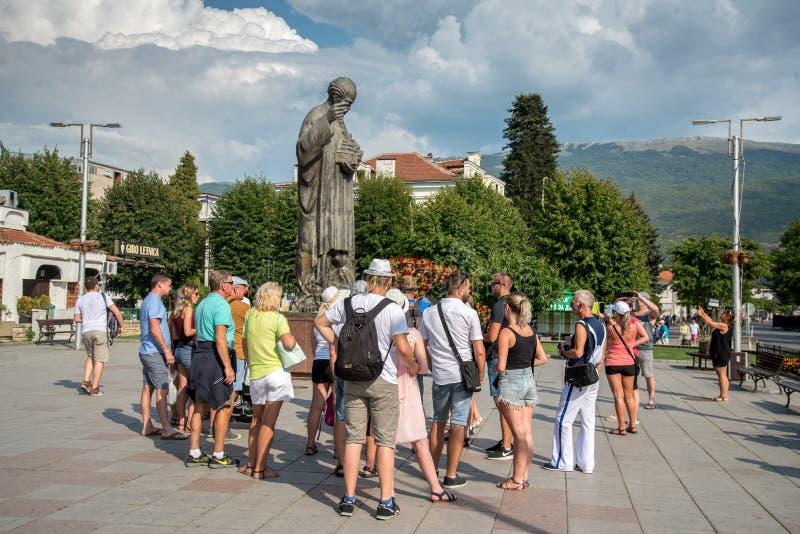 OHRID, MACEDONIA-AUGUST 31,2018: Grupa turyści blisko Ohrid jeziora obrazy royalty free