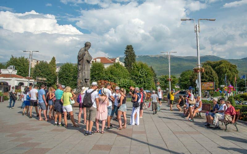 OHRID, MACEDONIA-AUGUST 31,2018: Grupo de turistas cerca del lago Ohrid foto de archivo