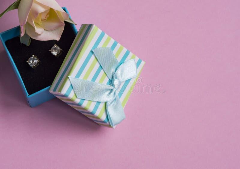 Ohrringe im Geschenkkasten lizenzfreie stockfotografie