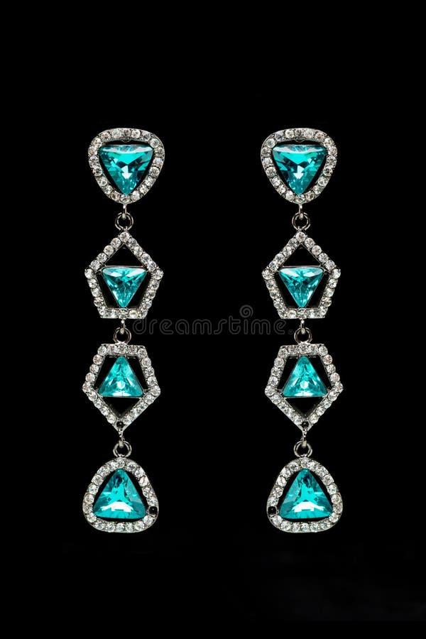 Ohrringe mit blauen Steinen auf dem Schwarzen stockfotos
