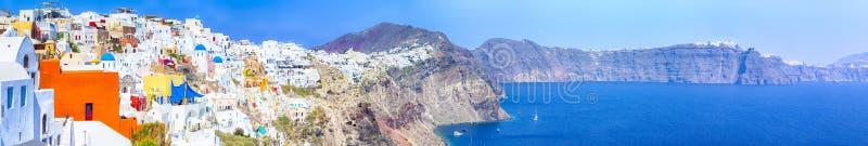 Oia村庄美丽如画的全景在位于火山的Calderra的圣托里尼海岛白天 免版税库存图片