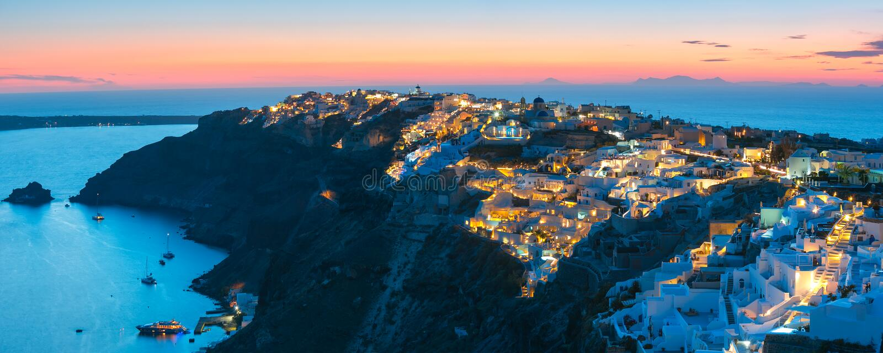 Oia或Ia在日落,圣托里尼,希腊全景  图库摄影