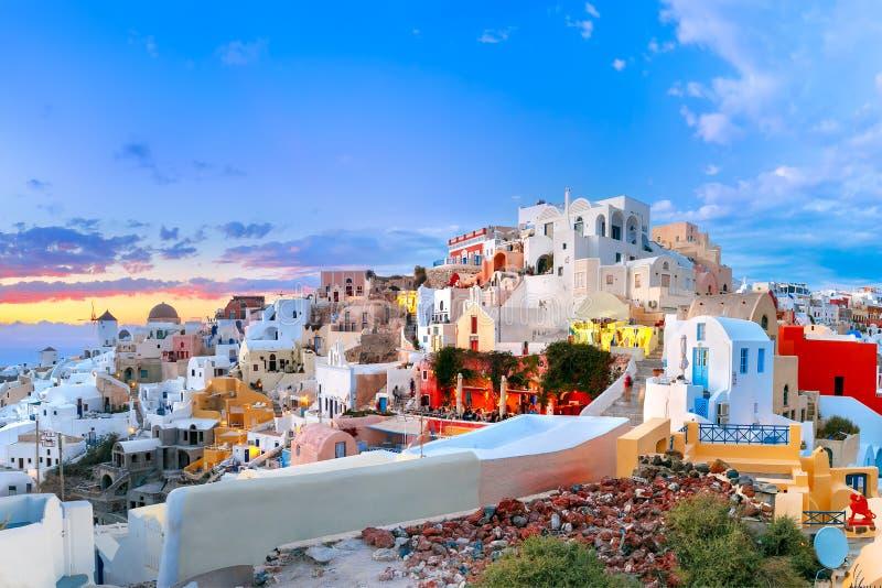 Oia或Ia在日落,圣托里尼,希腊全景  库存图片
