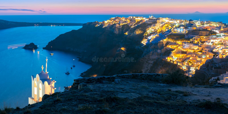 Oia或Ia在日落,圣托里尼,希腊全景  免版税图库摄影