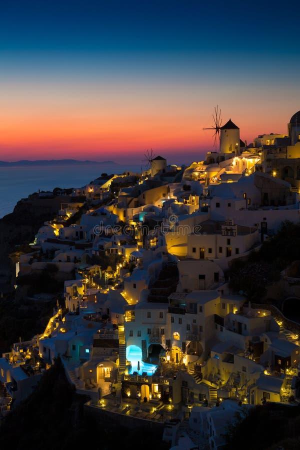 Oia村庄光在晚上,圣托里尼,希腊 免版税库存图片