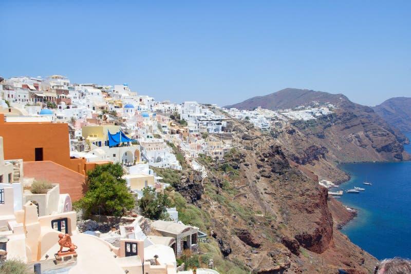 Oia村庄全景在圣托里尼海岛上的  图库摄影